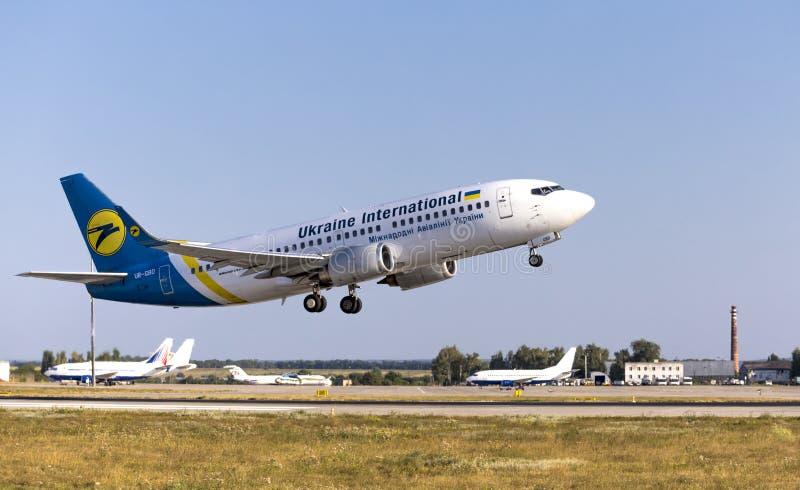 Kharkov/Ukraina - 19 augusti 2018: Boeing 737-36Q UR-GBD för Ukrainas International Airlines som startar på flygplatsen i Kharkov royaltyfri foto