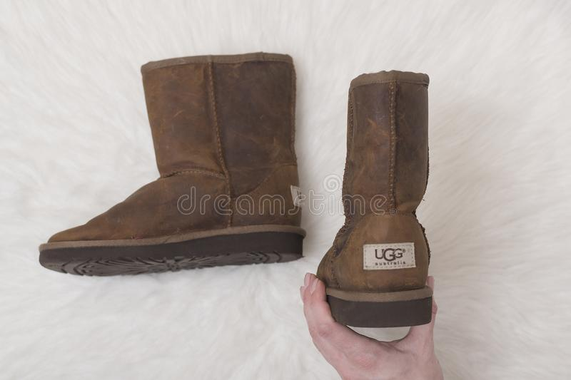 KHARKOV, UKRAINE 7. NOVEMBER 2018: Winterbraunstiefel UGG in f stockfoto