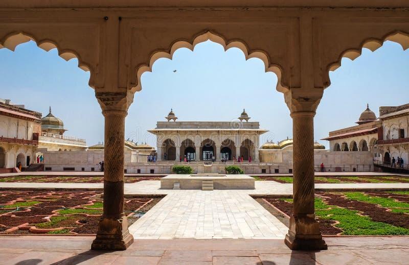 Khas Mahal och fasadbeklädnad arbeta i trädgården, det Agra fortet, Agra, Indien arkivfoto