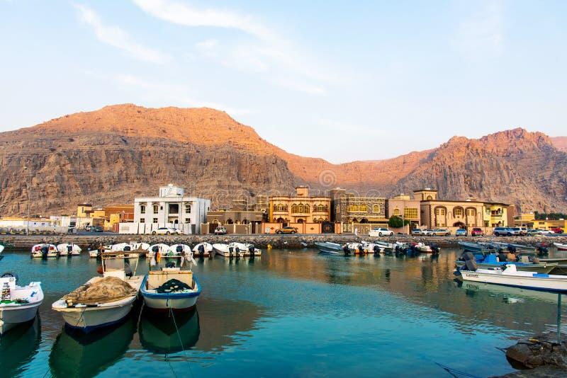 Khasab, Oman - Oktober 5, 2018: De kreek van de Khasabstad en woestijnroc royalty-vrije stock afbeeldingen