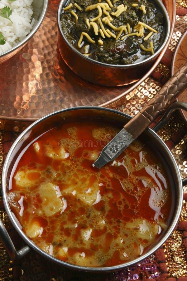 Khatta Alu är en potatiscurry från Gujarat arkivfoto