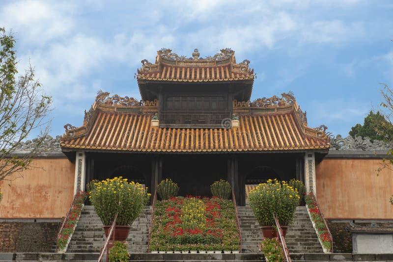 Kheim Cung Gate som dekoreras beautifully för Tet 2019, Tu Duc Royal Tomb, ton, Vietnam royaltyfri bild
