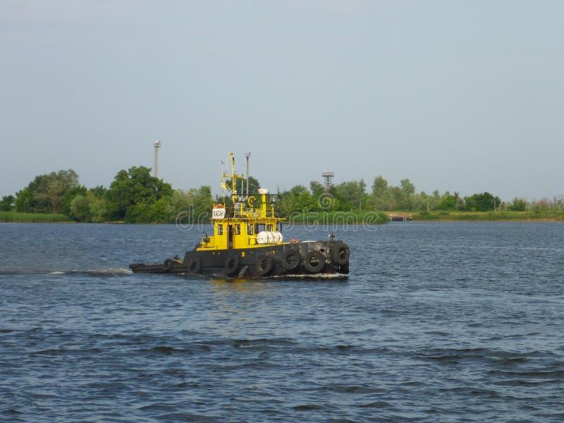 Kherson, Ukraine - 5 juin 2014 : Un vieux remorqueur soviétique sur la rivière de Dnieper photo stock