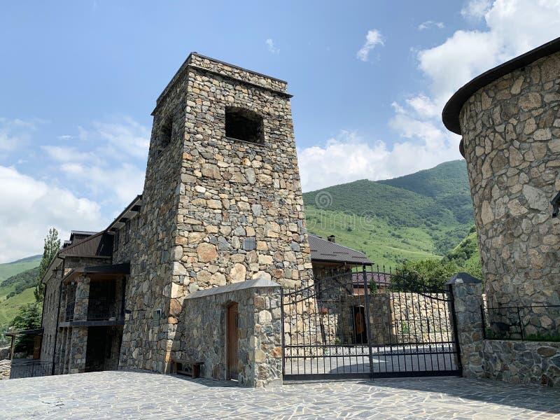Khidikus A torre ancestral da família de Gusov, século XVII, foi restaurada em 2010 Monastério do dormition de Alan Rússia, Osset imagem de stock