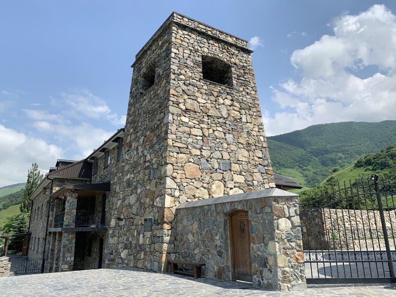 Khidikus A torre ancestral da família de Gusov, século XVII, foi restaurada em 2010 Monastério do dormition de Alan Rússia, Osset imagem de stock royalty free