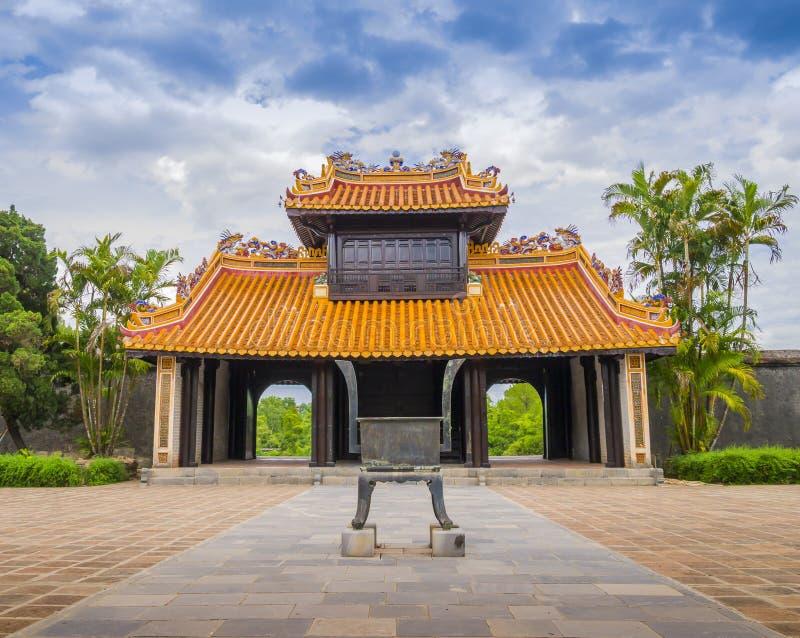 Khiem Cung Gate, den huvudsakliga ingången till den Hoa Khiem slotten, Vietnam arkivfoto