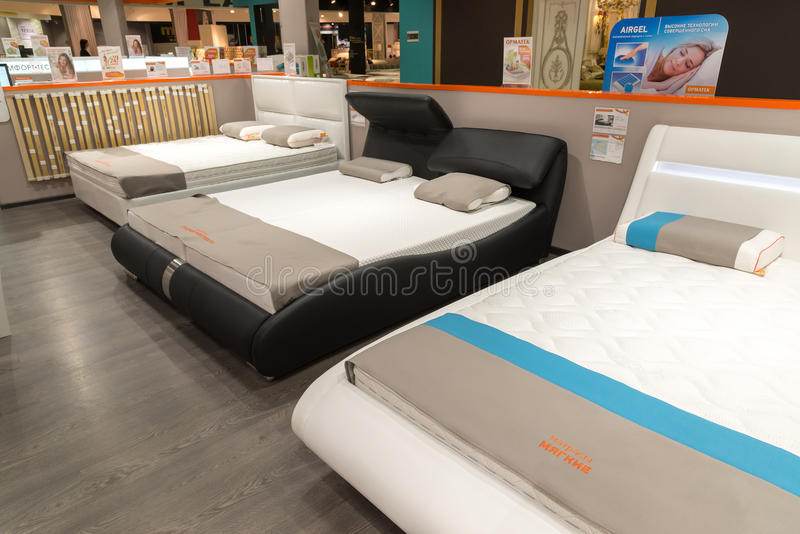 Khimki, Rússia - 13 de fevereiro 2016 Exiba camas na compra grande da mobília, a loja das amostras de especialidade a maior foto de stock royalty free