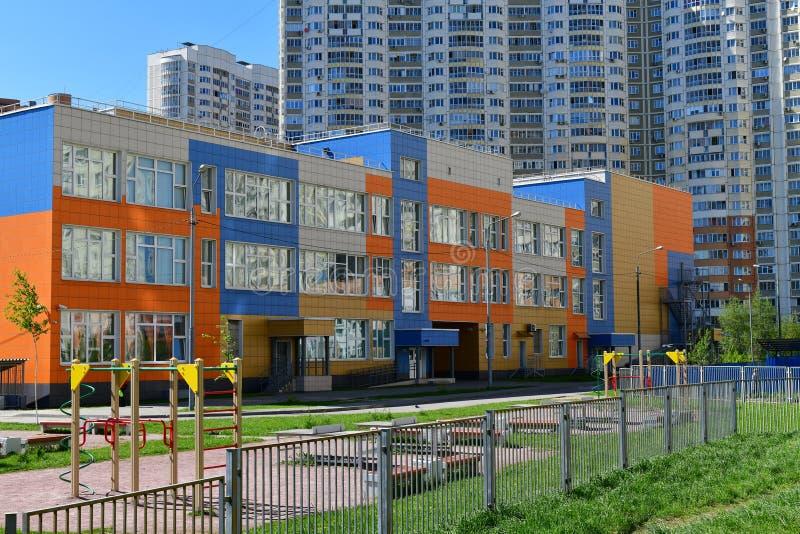 Khimki, Rússia - 10 de maio 2018 Escola detalhada do estado de preliminar e do ensino secundário com complexo do jogo imagem de stock royalty free