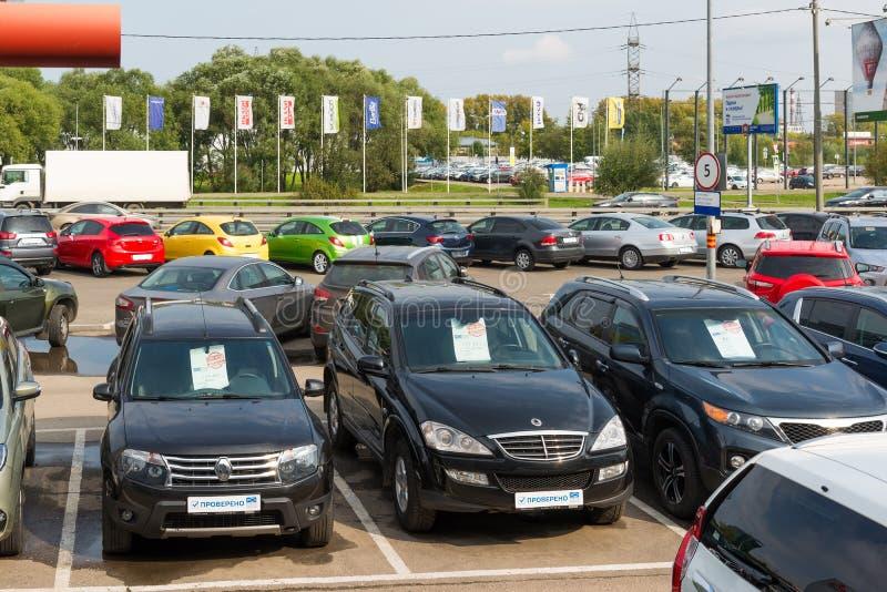 Khimki, Rússia - 12 de setembro 2016 Muitos carros diferentes em torno do salão de beleza para a venda de carros usados foto de stock royalty free