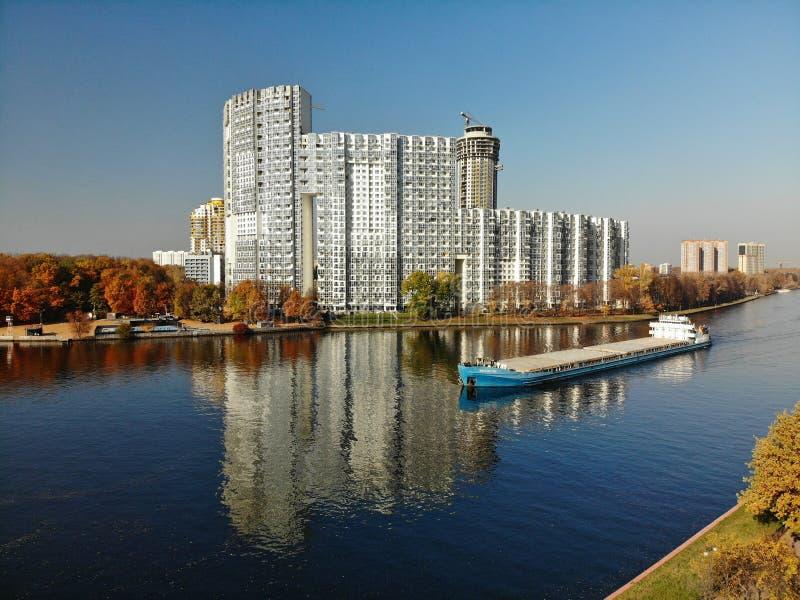 Khimki Ryssland - Oktober 17 2018 lastfartygVolgo-universitetslärare segling längs Moskvakanalen nära bostads- komplexa Mayak royaltyfria foton
