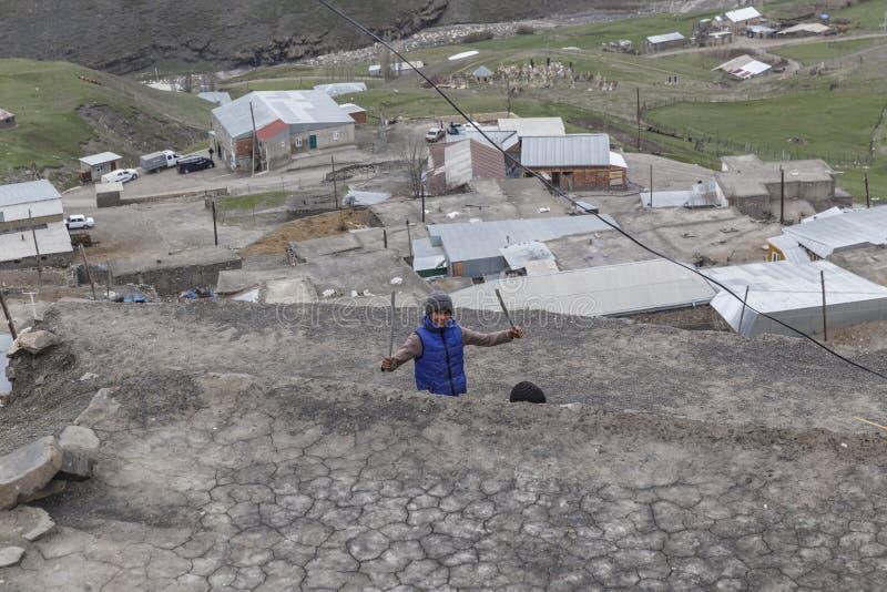 KHINALIG, QUBA, АЗЕРБАЙДЖАН 10-ое мая 2018: Местный мальчик показывает его jocul стоковые изображения rf