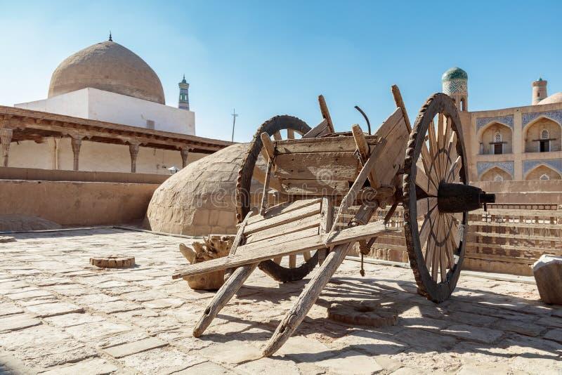 Khiva ein alter hölzerner Lastwagen lizenzfreie stockfotografie