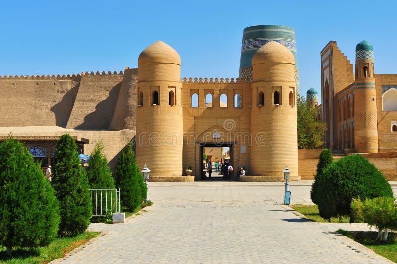 Khiva: entrata alla vecchia città immagine stock