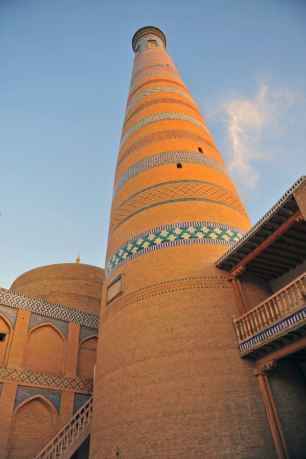 Khiva: minareto medievale sul tramonto immagine stock