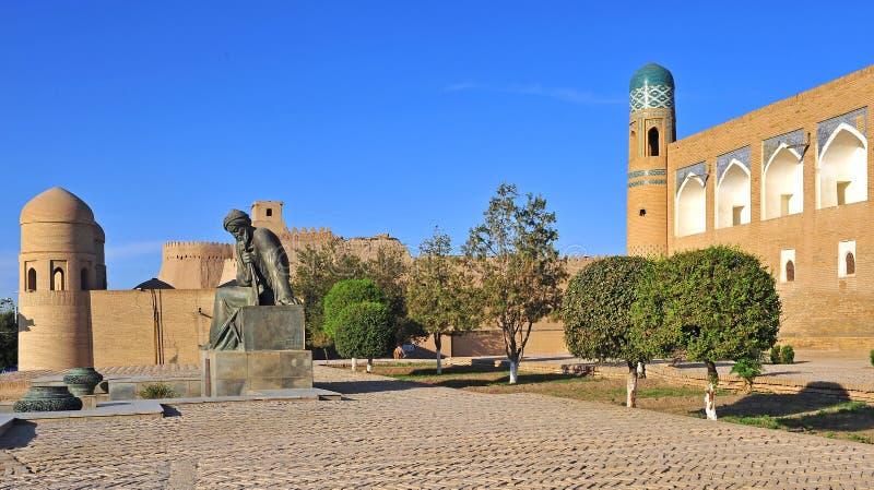 Khiva: monumento davanti alla vecchia città immagine stock libera da diritti