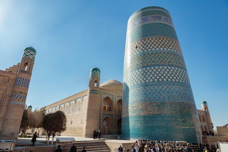 Khiva, Ouzbékistan, madrasah d'aminhon de Mahomet et mineur de kalta image stock
