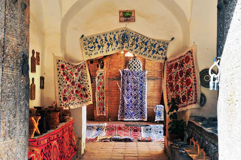 Khiva: portoni del negozio dei tappeti fotografie stock