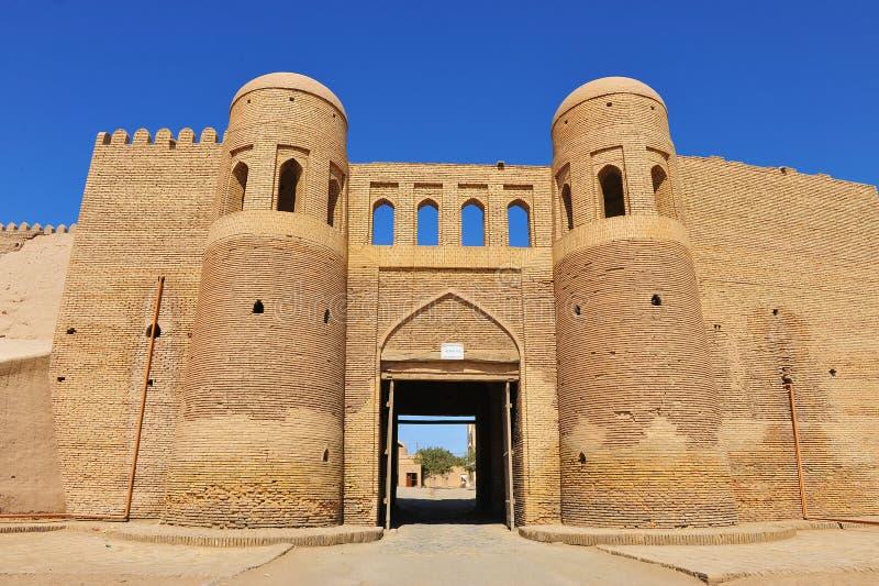 Khiva: portoni medievali di vecchia città immagine stock