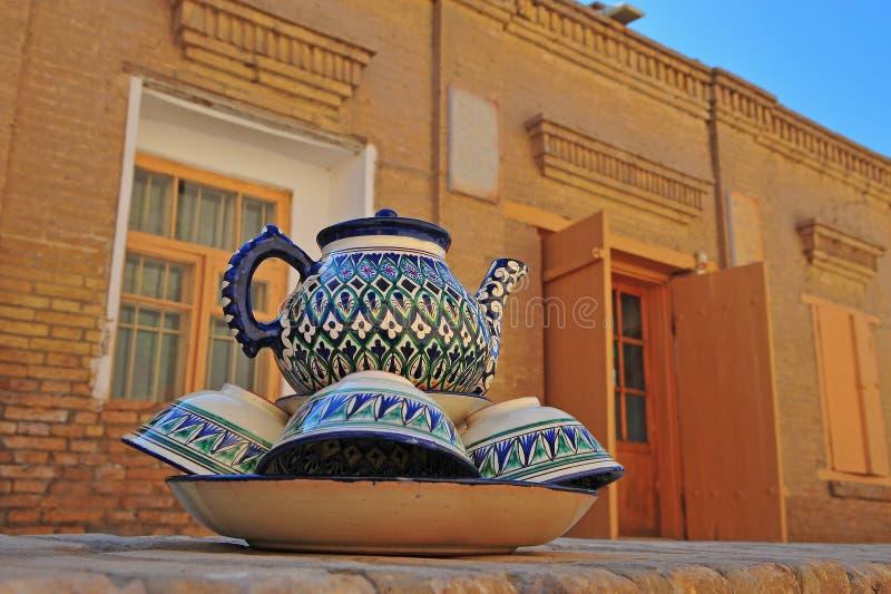 Khiva: teiera e tazze tradizionali immagini stock libere da diritti