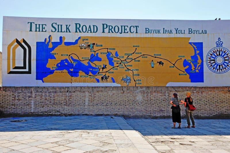 Khiva: turistas no mapa de Rota da Seda fotografia de stock royalty free