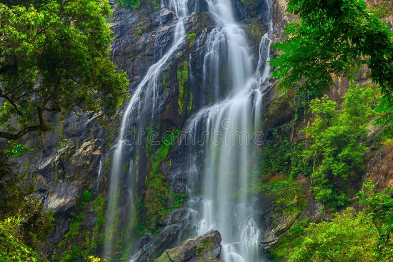 Khlong Lan Waterfall, der schöne Wasserfall im tiefen Wald bei Khlong Lan National Park, Kamphaeng Phet, Thailand stockbild