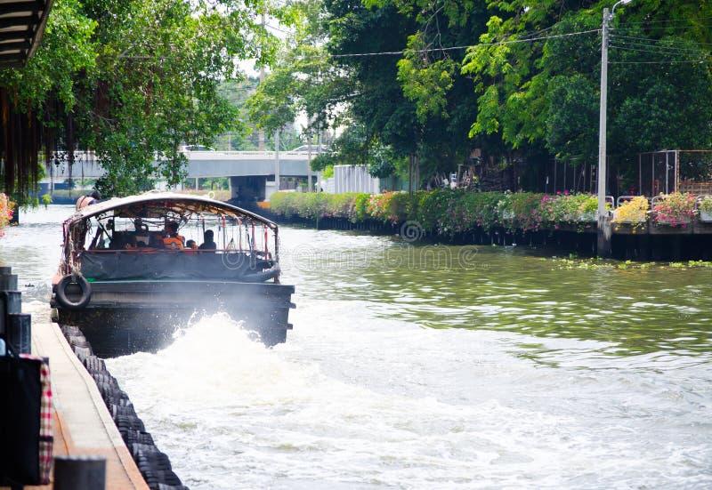 Khlong Saen Saep łodzi usługa wizerunek pokazuje tyły jawna łódź gdy zaczynać silnika i opuszczać molo fotografia stock
