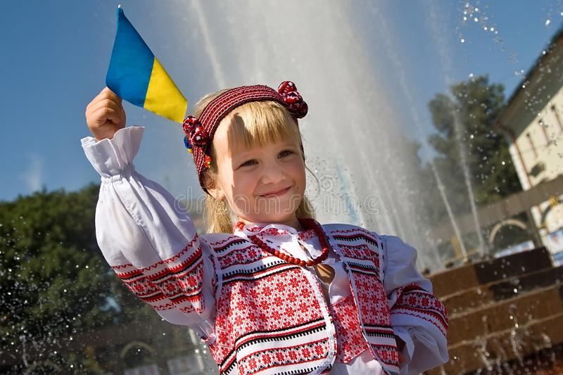 Khmelnitsky, Украина - 24-ое августа 2011 Девушка в традиционной Великобритании стоковые изображения rf