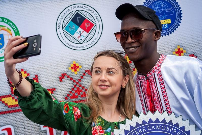 Khmelnitsky, Украина - 17-ое мая 2018 Чернокожий человек в традиционной Великобритании стоковое изображение