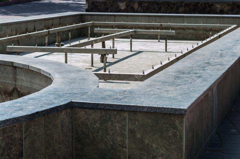 KHMELNITSKY, UCRAINA - 29 LUGLIO 2017: Fontana senza acqua immagini stock