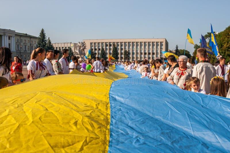 Khmelnitsky, Ucrania - 24 de agosto de 2018 Gente en Ukr tradicional foto de archivo
