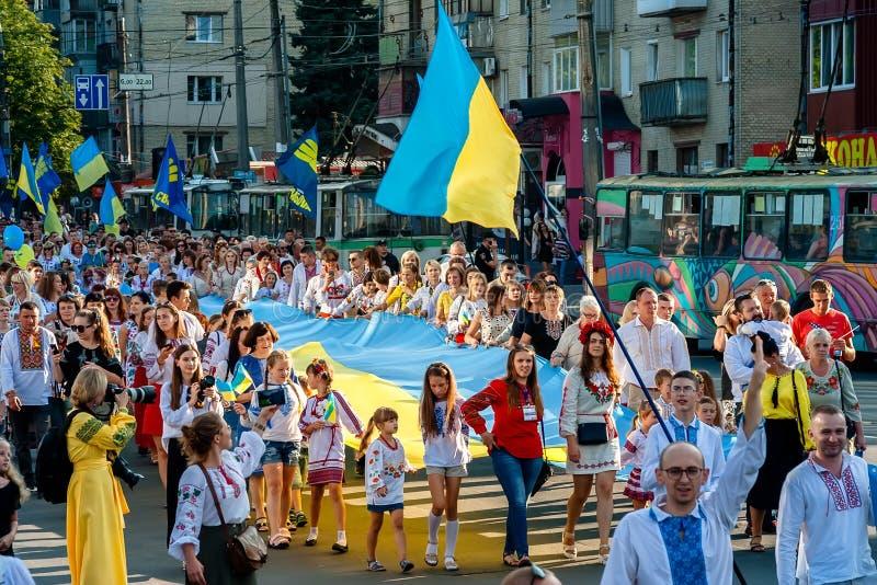 Khmelnitsky, Ucrania - 24 de agosto de 2018 Gente en Ukr tradicional imagen de archivo libre de regalías