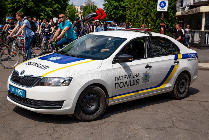 Khmelnitsky, Ucrania - 26 de mayo de 2019 El coche de la nueva polic?a que escolta el convoy en un d?a de fiesta del d?a de la bi fotos de archivo libres de regalías