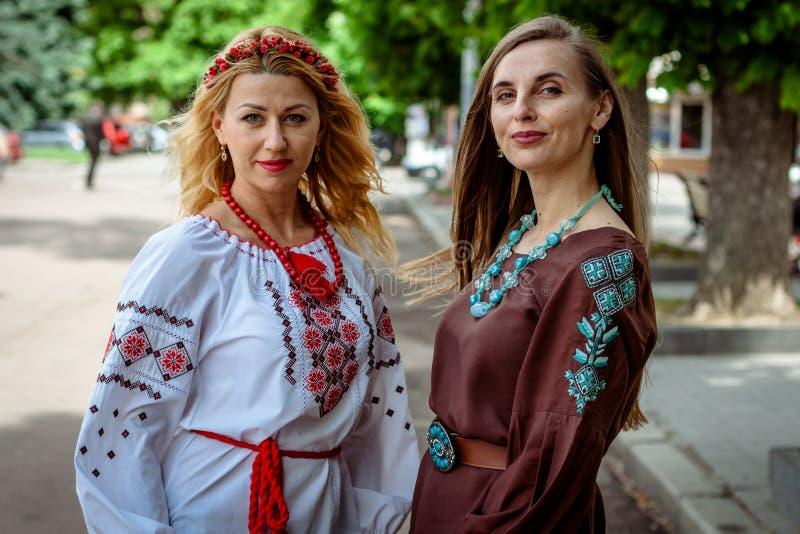 Khmelnitsky, Ucrania - 17 de mayo de 2018 Muchachas en Ukra tradicional imagen de archivo libre de regalías