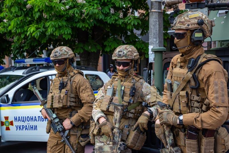 Khmelnitsky ucrania 23 de mayo de 2019 soldados del ejército ucraniano en el día de fiesta de héroes de Ucrania foto de archivo
