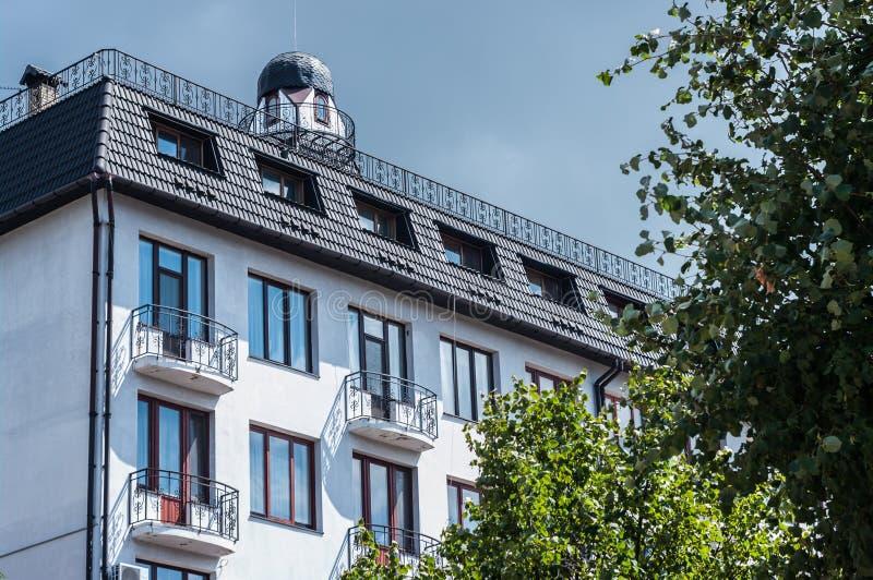 KHMELNITSKY UKRAINA - JULI 29, 2017: Bostads- byggnad i th royaltyfri foto