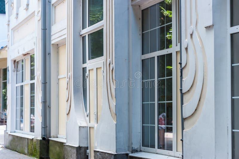 KHMELNITSKY UKRAINA - JULI 29, 2017: Fasaden av skolanollan royaltyfri bild