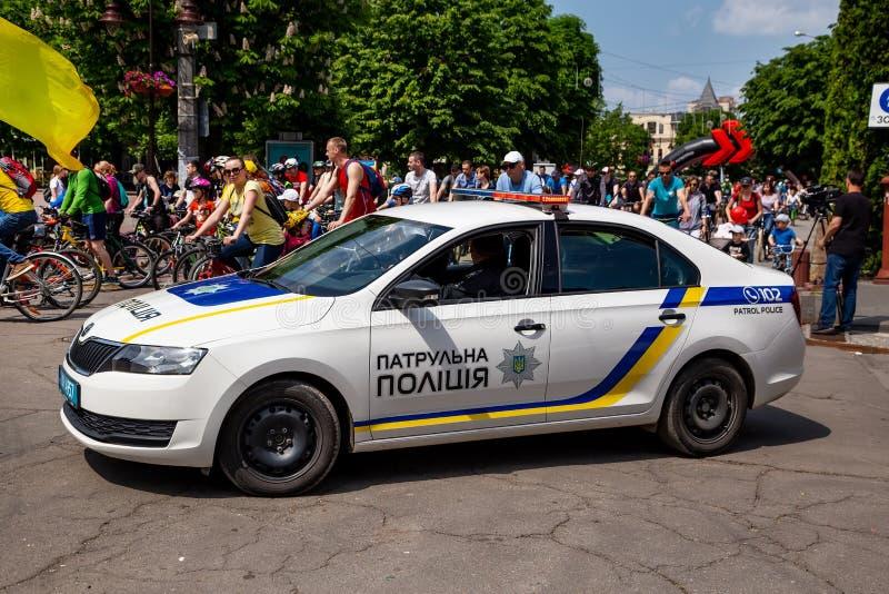 Khmelnitsky Ukraina - Maj 26, 2019 Bilen av den nya polisen som eskorterar eskortfartyget p? en cykeldagferie arkivbilder