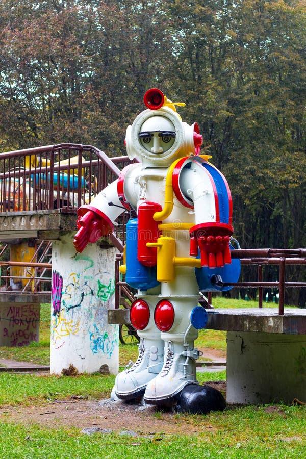 khmelnitsky ukraine September 2018 Skulptur av en kosmonaut från metall i en stadspark_ fotografering för bildbyråer