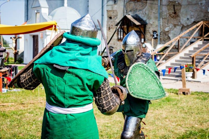 Khmelnytsky region, Ukraina Augusti 2018 Duell av riddare på festivalen av medeltida Culture_ arkivbild