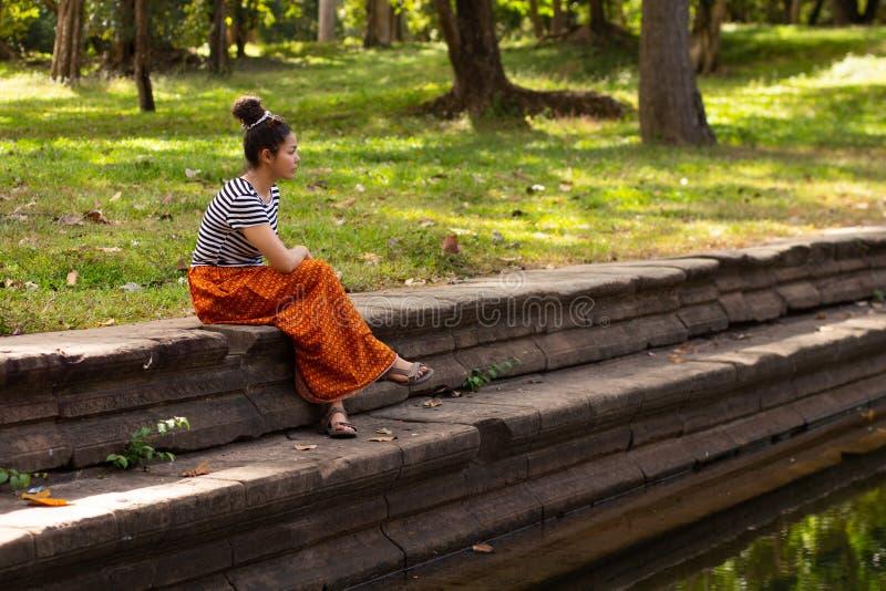 Khmer Aziatisch Meisje door Oude Pool in Angkor Thom, Kambodja royalty-vrije stock foto