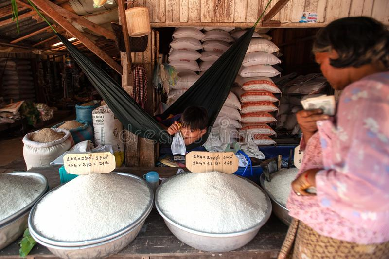 Khmer chłopiec sprzedawania młodzi ryż przy miejscowym wprowadzać na rynek Koh Kong Provi obraz stock