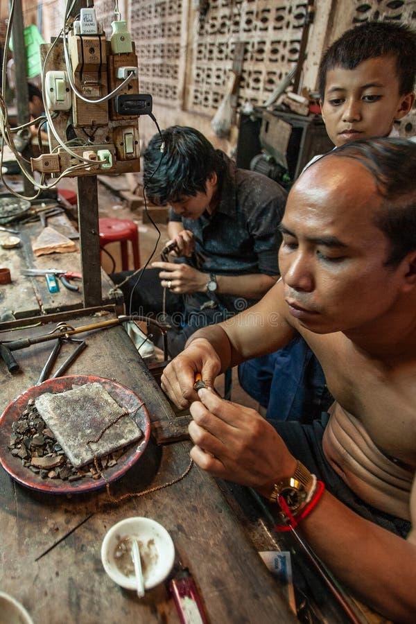 Khmer kowal tworzy kolię i cennego akcesorium Koh Kong rynek, Koh Kong prowincja, Kambodża zdjęcia stock