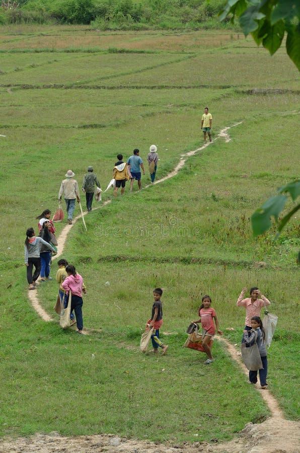 Khmu etnische dorpsbewoners en Chinese handelaren royalty-vrije stock foto's