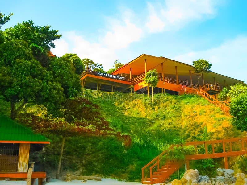 Kho Lipe, Satun, Tailândia - 6 de fevereiro de 2011: A entrada principal ao resort de montanha, Koh Lipe fotografia de stock royalty free