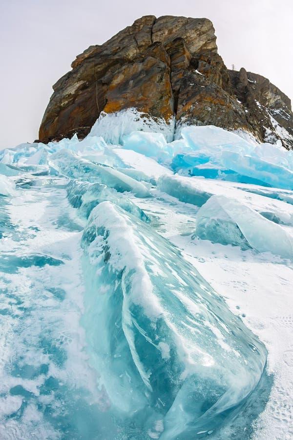 海角在奥尔洪岛,贝加尔湖,冰小丘的Khoboy岩石在冬天,俄罗斯,西伯利亚 库存图片