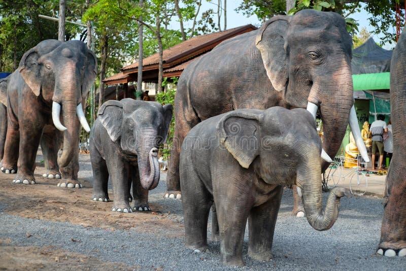 Khonkaen Thailand - April 2, 2017: Elefantstaty på andeH arkivbild