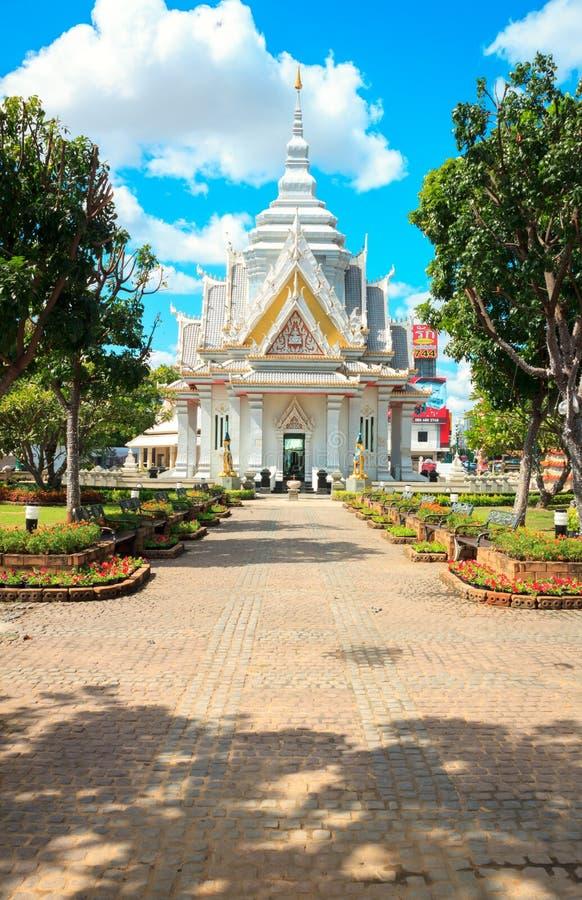 KHONKAEN THAILAND - 23 NOVEMBER: Relikskrin för Khon Kaen stadspelare på Nove royaltyfria foton