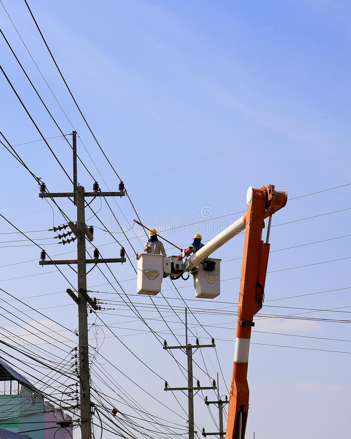 Khonkean, Tajlandia JAN 17: Elektryk instaluje wysokość zasilany e zdjęcie stock