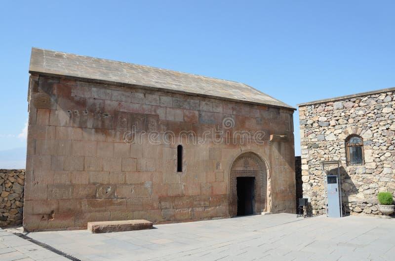 Khor Virap, Armenien, forntida kapell under djup grop fotografering för bildbyråer