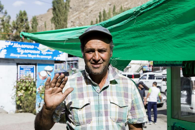 Khorog, Τατζικιστάν στις 25 Αυγούστου 2018: Αρσενικός πωλητής μπροστά από το στάβλο του στην αγορά Khorog στο Τατζικιστάν στοκ φωτογραφία με δικαίωμα ελεύθερης χρήσης